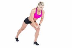 Musica d'allungamento e d'ascolto dell'atleta femminile Fotografia Stock