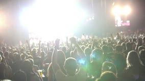 Musica d'ascolto degli spettatori al concerto archivi video