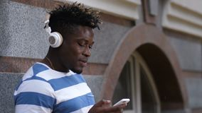 Musica d'ascolto del bello uomo di colore sulla via archivi video