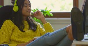 Musica d'ascolto del grafico femminile sulle cuffie 4k archivi video