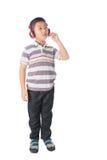 Musica d'ascolto del ragazzo asiatico con le cuffie, isolate sul BAC bianco Fotografia Stock Libera da Diritti