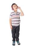Musica d'ascolto del ragazzo asiatico con le cuffie, isolate sul BAC bianco Fotografie Stock Libere da Diritti