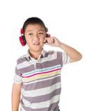 Musica d'ascolto del ragazzo asiatico con le cuffie, isolate sul BAC bianco Fotografia Stock