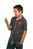 Musica d'ascolto del ragazzo freddo con Fotografia Stock
