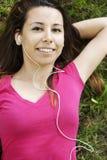 Musica d'ascolto dell'allievo felice Fotografie Stock Libere da Diritti