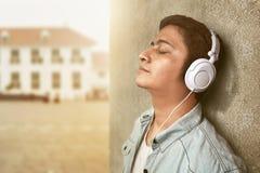 Musica d'ascolto dell'uomo immagini stock libere da diritti
