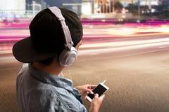 Musica d'ascolto dell'uomo immagini stock