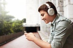 Musica d'ascolto dell'uomo fotografia stock