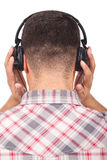 Musica d'ascolto dell'uomo con le cuffie Fotografia Stock