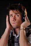 Musica d'ascolto dell'uomo in cuffie Immagini Stock