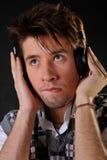 Musica d'ascolto dell'uomo in cuffie fotografie stock libere da diritti