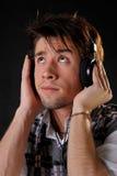 Musica d'ascolto dell'uomo in cuffie Fotografie Stock