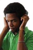 Musica d'ascolto dell'uomo dell'afroamericano fotografie stock