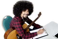 Musica d'ascolto dell'uomo di afro con la chitarra Immagine Stock Libera da Diritti