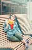 Musica d'ascolto della bella di modo donna dei pantaloni a vita bassa Fotografie Stock
