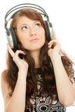 Musica d'ascolto della bella donna Immagine Stock