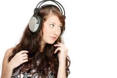 Musica d'ascolto della bella donna Immagini Stock