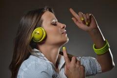 Musica d'ascolto della bella giovane donna Fotografie Stock Libere da Diritti