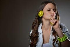 Musica d'ascolto della bella giovane donna Fotografia Stock Libera da Diritti