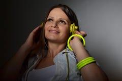 Musica d'ascolto della bella giovane donna Fotografie Stock
