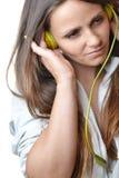 Musica d'ascolto della bella giovane donna Immagine Stock Libera da Diritti