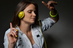 Musica d'ascolto della bella giovane donna Immagini Stock