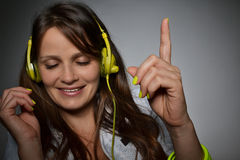 Musica d'ascolto della bella giovane donna Fotografia Stock