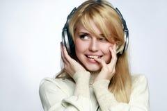 Musica d'ascolto della bella ragazza in cuffie Fotografia Stock Libera da Diritti