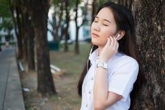 Musica d'ascolto della donna asiatica Immagini Stock Libere da Diritti