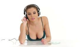 Musica d'ascolto della giovane bella donna sexy in grandi cuffie stereo video d archivio