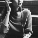 Musica d'ascolto della giovane donna asiatica Immagine Stock