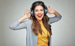 Musica d'ascolto della giovane donna di dancing Fotografia Stock Libera da Diritti