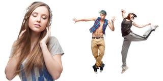 Musica d'ascolto della giovane donna e due ballerini su fondo Immagine Stock Libera da Diritti