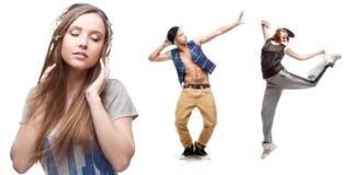 Musica d'ascolto della giovane donna e due ballerini su fondo Immagini Stock