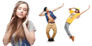 Musica d'ascolto della giovane donna e due ballerini su fondo Fotografia Stock Libera da Diritti