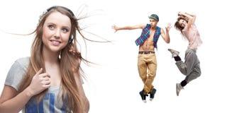 Musica d'ascolto della giovane donna e due ballerini su fondo Fotografia Stock