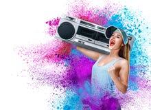 Musica d'ascolto della giovane donna felice con boombox Fotografia Stock Libera da Diritti