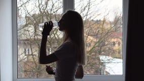 Musica d'ascolto della ragazza bionda nella rottura di forma fisica video d archivio