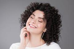Musica d'ascolto della ragazza graziosa fotografia stock libera da diritti