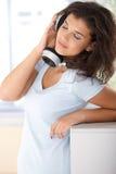 Musica d'ascolto della ragazza graziosa con gioia Fotografia Stock