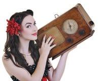 Musica d'ascolto della ragazza graziosa sulla radio fotografie stock