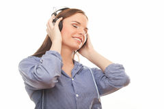 Musica d'ascolto delle belle donne in cuffie immagine stock
