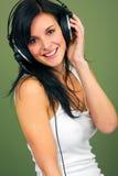Musica d'ascolto delle giovani donne Immagini Stock