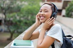 Musica d'ascolto dello studente universitario Fotografia Stock Libera da Diritti
