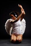 Musica d'ascolto di bello angelo fotografia stock libera da diritti