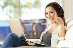 Musica d'ascolto di rilassamento della donna che vi esamina immagini stock libere da diritti
