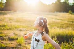 Musica d'ascolto e ballare della ragazza divertente Fotografia Stock