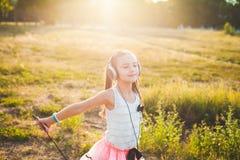 Musica d'ascolto e ballare della ragazza felice Fotografia Stock Libera da Diritti