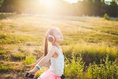 Musica d'ascolto e ballare della ragazza graziosa Fotografie Stock