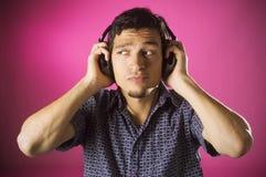 Musica d'ascolto imbarazzata del ragazzo Fotografia Stock Libera da Diritti
